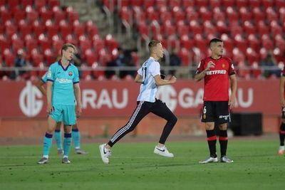 Trepó muro del estadio para una foto con Messi