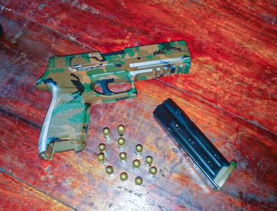 Requisan pistola con varios proyectiles