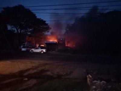 Incendio en depósito de Villa Elisa tras explosión