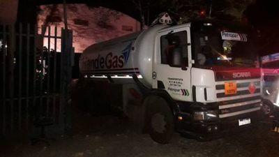 Reportan un muerto y varios heridos por la explosión en un taller mecánico en Villa Elisa