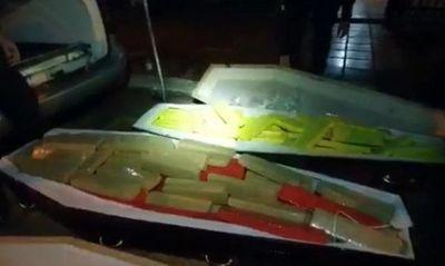 Incautan coche fúnebre con presuntas víctimas que en sus ataúdes estaban rellenas de marihuana