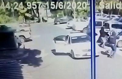 Cuatro maleantes asestan un alevoso golpe en   estacionamiento de shopping