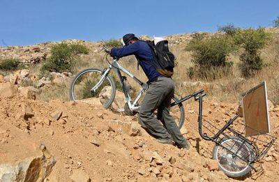 Un profesor boliviano recorre el campo en bicicleta para enseñar en cuarentena