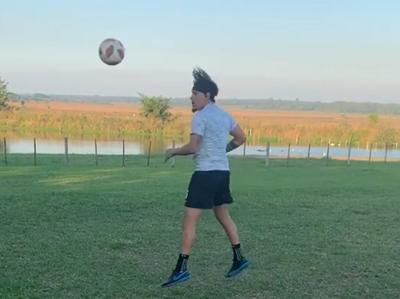 Gustavo Gómez se mueve desde la distancia