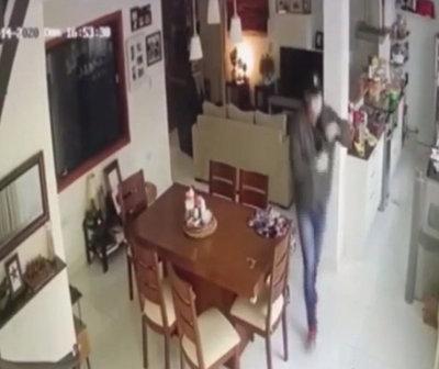 Cámaras captan a un delincuente robando en una vivienda