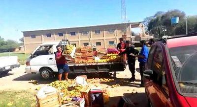 Comerciante prefiere arrojar sus frutas y verduras antes que darle a PMT de Loma Plata