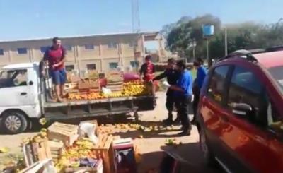 """Arrojó sus frutas para que """"no se repartan entre ellos"""" en la comuna"""