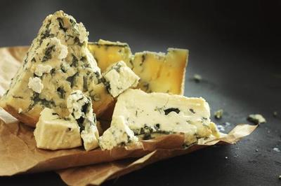 Allanan distribuidora de quesos en mal estado con etiquetas premium falsas