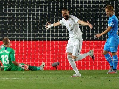 El Real Madrid golea y se mantiene al acecho del Barça