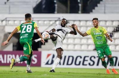 ¿Cuántos partidos de suspensión había recibido Adebayor en la Libertadores?