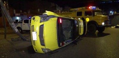 Taxista herido tras vuelco en el Mercado 4