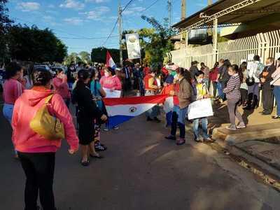 A huevazos escrachan a intendente de Itakyry, quien querelló a un concejal