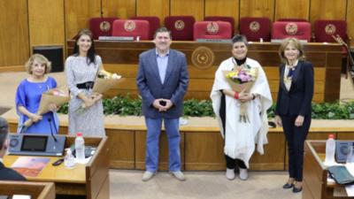 Lizza Bogado cuestiona gestión política durante su homenaje