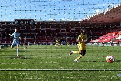 Arsenal gana gracias a un error del portero