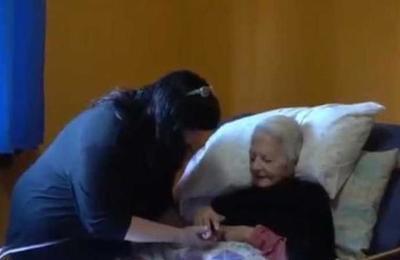 Mujer adoptó a una anciana de 93 años para cuidarla en plena pandemia