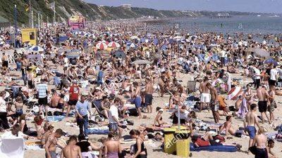 Gobierno británico amenaza con cerrar las playas tras grandes aglomeraciones