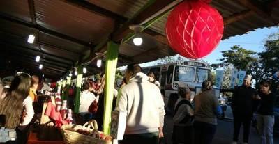 """Consumidores """"invadieron"""" la Expo Frutilla en Areguá • Luque Noticias"""