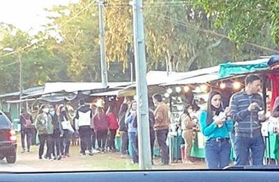 Preocupa aglomeración de personas en feria de frutillas de Areguá