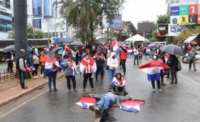 HOY / Manifestantes cierran ingreso a Ciudad del Este en protesta contra la corrupción
