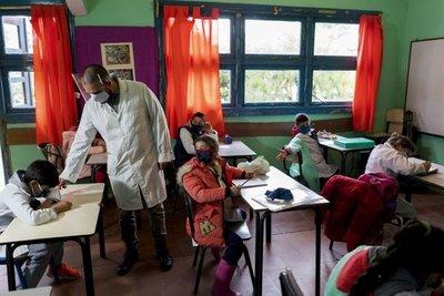 ¡Lento pero seguro! Miles de estudiantes regresaron hoy a las aulas en Uruguay