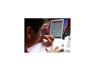Estudiante de Medicina junta celulares y tablets para niños indígenas
