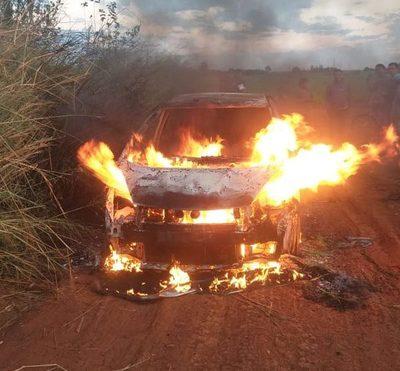 Tras millonario robo, «polibandis» incineran vehículo