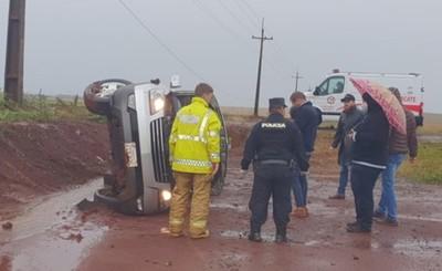Camioneta vuelca a un costado de la ruta y conductor salió ileso
