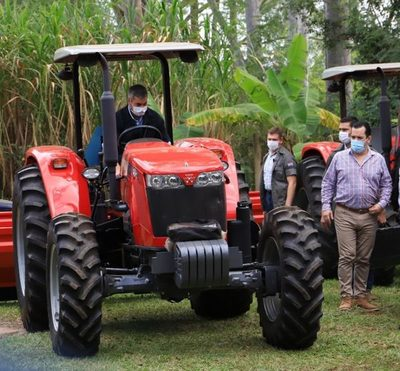 Entregan maquinarias para impulsar agricultura de conservación