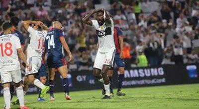 Cuatro partidos, 217 minutos y una expulsión: el paso de Adebayor por Olimpia