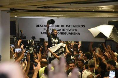 Olimpia hizo oficial la salida de Adebayor y así lo despidió