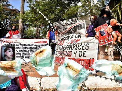 En medio de protestas destituyen a 2 camaristas que liberaron a abusador