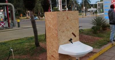 Jóvenes de Honor Colorado instalan lavamanos solidarios en puntos concurridos