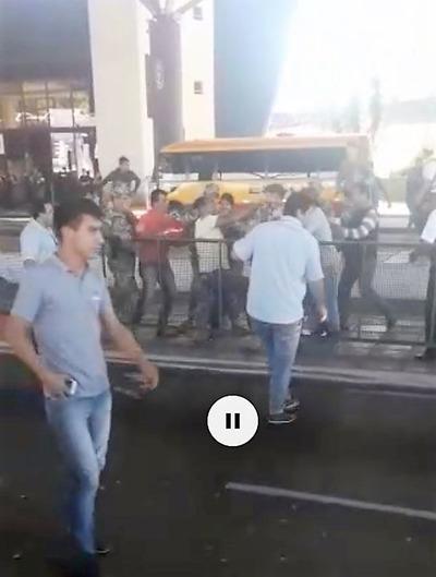 Militares AGREDEN a PASERO por no pagar COIMA en el PUENTE DE LA AMISTAD