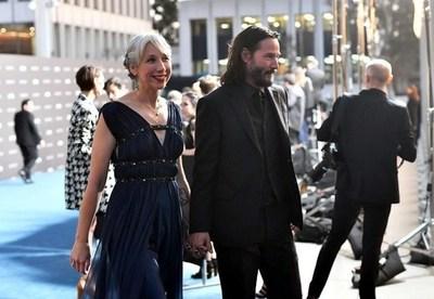 Keanu Reeves aparece en público con una novia luego de casi 20 años de soltería