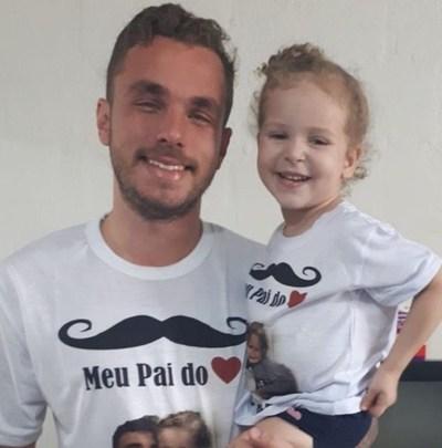 Adoptó a la hija de una amiga de su novia para que crezca con un padre