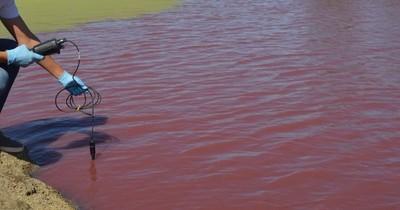 Tajamar rojo: recomiendan evitar contacto y consumo del agua