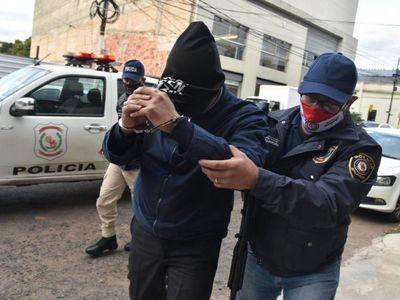 Fiscalía imputa a ex director de Tacumbú por recibir pistola de obsequio