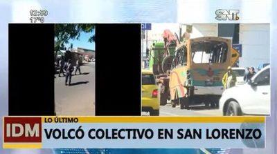 Bus vuelca en San Lorenzo a causa de choque