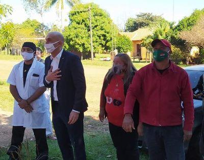 Ministro de Salud lleva apoyo a joven con covid-19