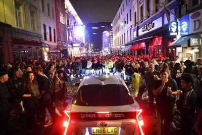 "Noche de fiesta ""fuera de control"" en Inglaterra en la reapertura de pubs"