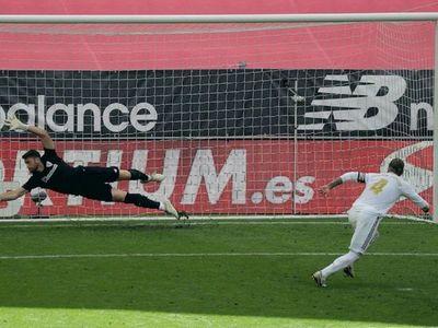 Sergio Ramos, de penal de VAR, acerca el título al Madrid