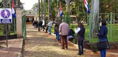 Unos 330 funcionarios quedaron fuera de la comuna de CDE a causa de la crisis económica