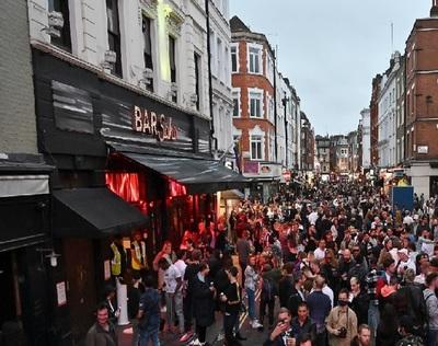 """""""Los borrachos no respetan el distanciamiento social"""" advierte policía de Inglaterra"""