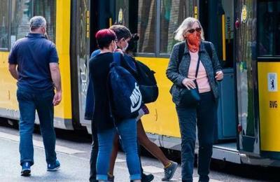La campaña en Berlín para que las personas ocupen mascarillas en el transporte público