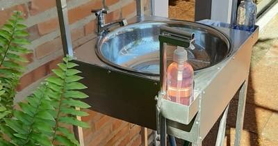 Es del rubro de confección, pero se adecuó a la pandemia y produce lavamanos portátiles a pedal