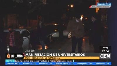 HOY / Estudiantes universitarios de la Católica realizan una caravana exigiendo reducción de aranceles
