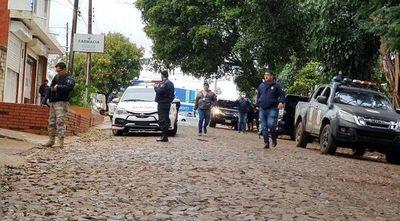 Sospechosos disparan a policías y escapan