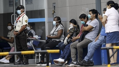 """Hospitales en Perú colapsan por Covid: """"Las personas mueren en las calles o esperando su turno"""""""