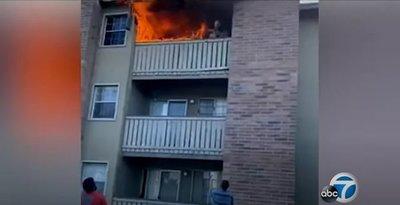 Captan infartante lanzamiento de un niño desde departamento en llamas