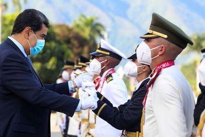 Por temor a conspiración, Maduro ratifica a militares